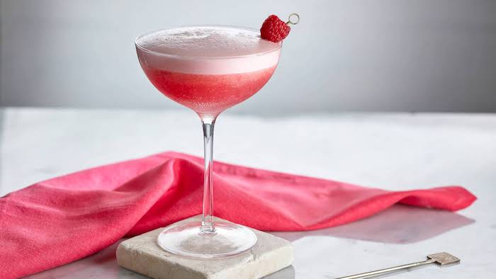 cocktail rezepte ein coktailglas mit pink lady sommer cocktails getränke