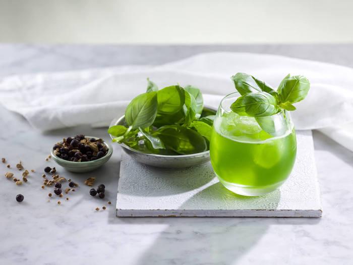 cocktail rezepte für alkoholfreie cocktails ein glas mit einem ginger basil smash cocktail