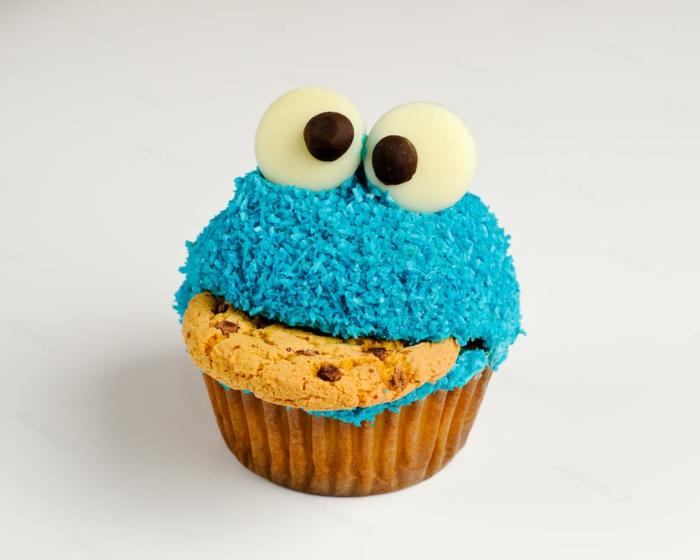 cookie monster cupcake in blau mit augen geburtstagskuchen kichen lustige muffins für kindergeburtstag