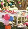 deko geburtstag zu hause balloons baloon dekorationen am tisch und frische blumen darauf