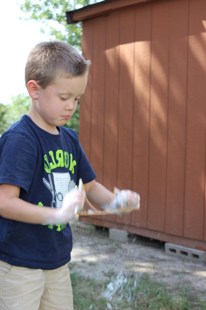ein kind mit blauem t shirt seifenblasen selber machen rezept ohne glycerin garten