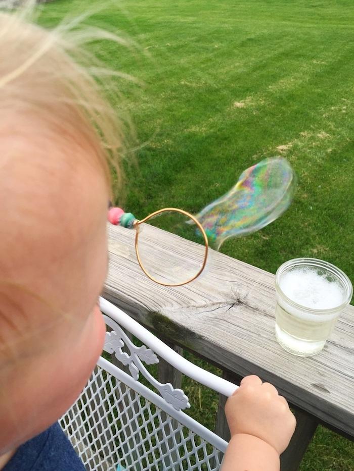 ein kleines kind seifenblsen selber machen diy anleitung stabile seifenblasen rezept ein putestab für seifenblasen