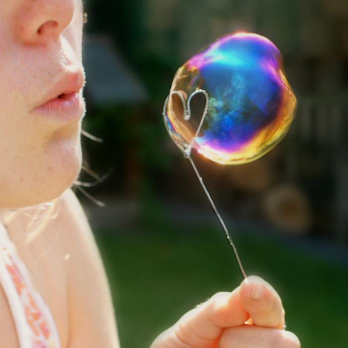 ein kleines mädchen mit einem schänen herzförmigen pustestab aus draht seifenblasen selber machen