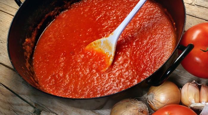 ein tisch aus holz wie kann man tomaten einkochen rezepte viele kleine kboblauchzehen rezepte mit tomaten
