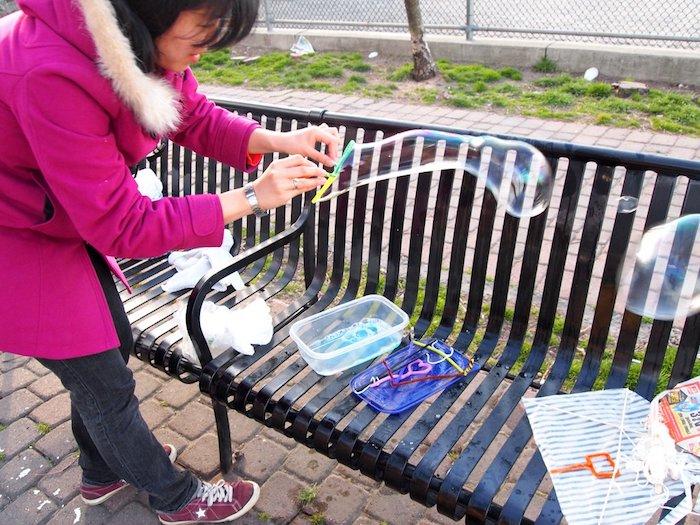 eine banke mit seifenblasenstäbchen seifenblsen selber machen diy anleitung stabile seifenblasen rezept eine frau mit stäbchen fürseifenblasen