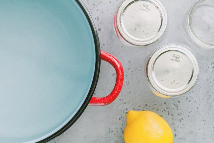 eine gelbe zitrone wie kann man tomaten einkochen rezepte drei gläser ein topf mit wasser