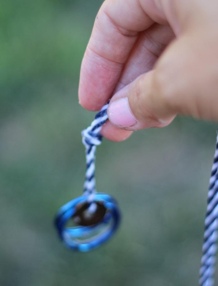 eine hand mit einer schnur eine diy anleitung für selbstgemachte große pustestäbe für seifenblasen