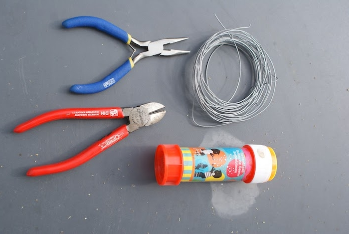 eine rote und eine blaue zange und draht seifenblsen selber machen diy anleitung stabile seifenblasen rezept kleine flasche mit flüssigkeit