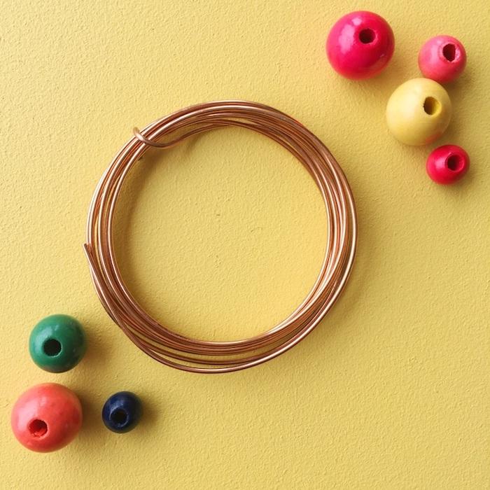 eine schritt für schritt anleitung seifenblsen selber machen diy anleitung stabile seifenblasen rezept seifenblasenstäbe selber machen künstliche perlen