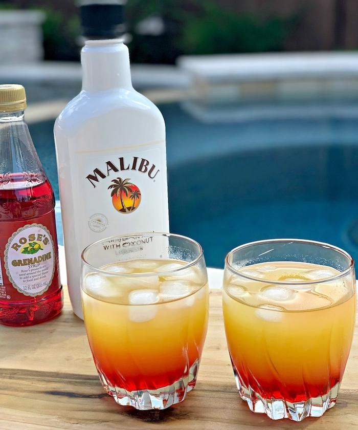 eine weiße flasche malibu cocktail rezepte twei gläser mit einem orangen cocktail und mit eiswürfeln