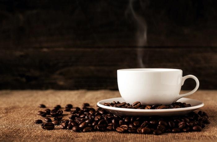eine weiße tasse mit kaffee katzen aus garten vertreilben mit kaffeesatz