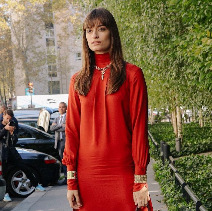 elegantes rotes kleid street style inspiration mittellange haare frisur 2020 mit pony accessoires halskette und zwei armbänder