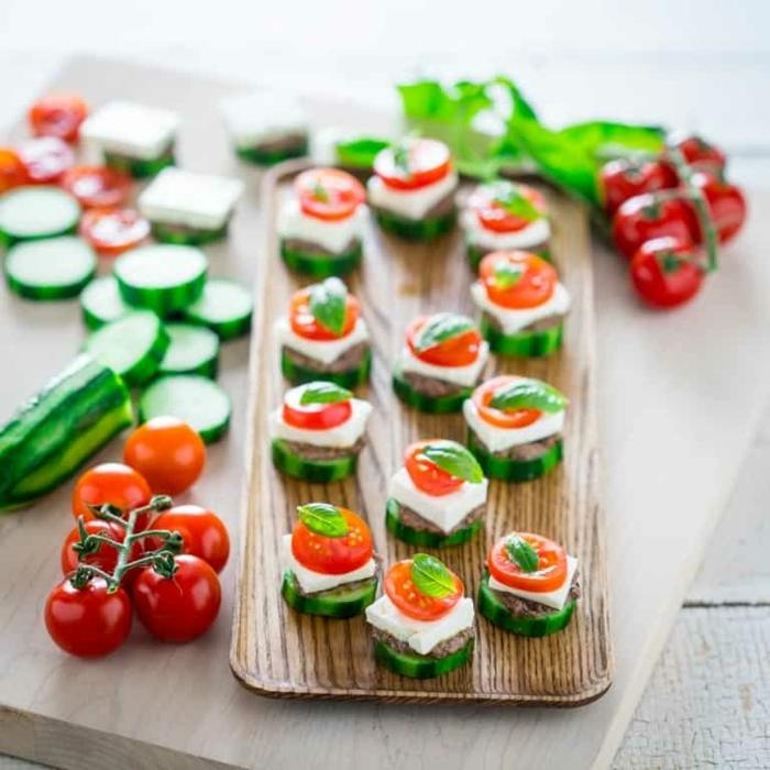 essen für viele personen wenig aufwand einfache vegetarische häppchen aus gurken tomaen käse und basilikum