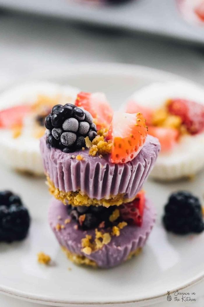 essen für viele personen wenig aufwand kleine häppchen partyessen yoghurt cupcakes mit beeren und haferflocken essen für gäste