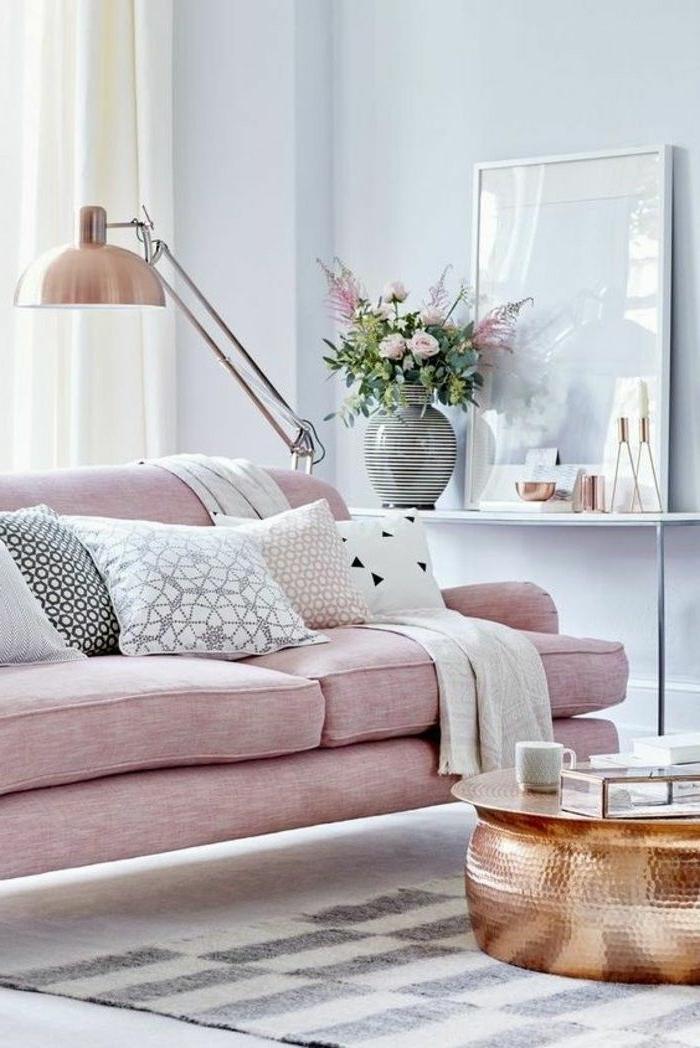 farben für wohnzimmer zimmer ideen rosa sofa kupferfarbener kaffeetisch schöne dekokissen zimmerdeko wandfarbe trend 2020