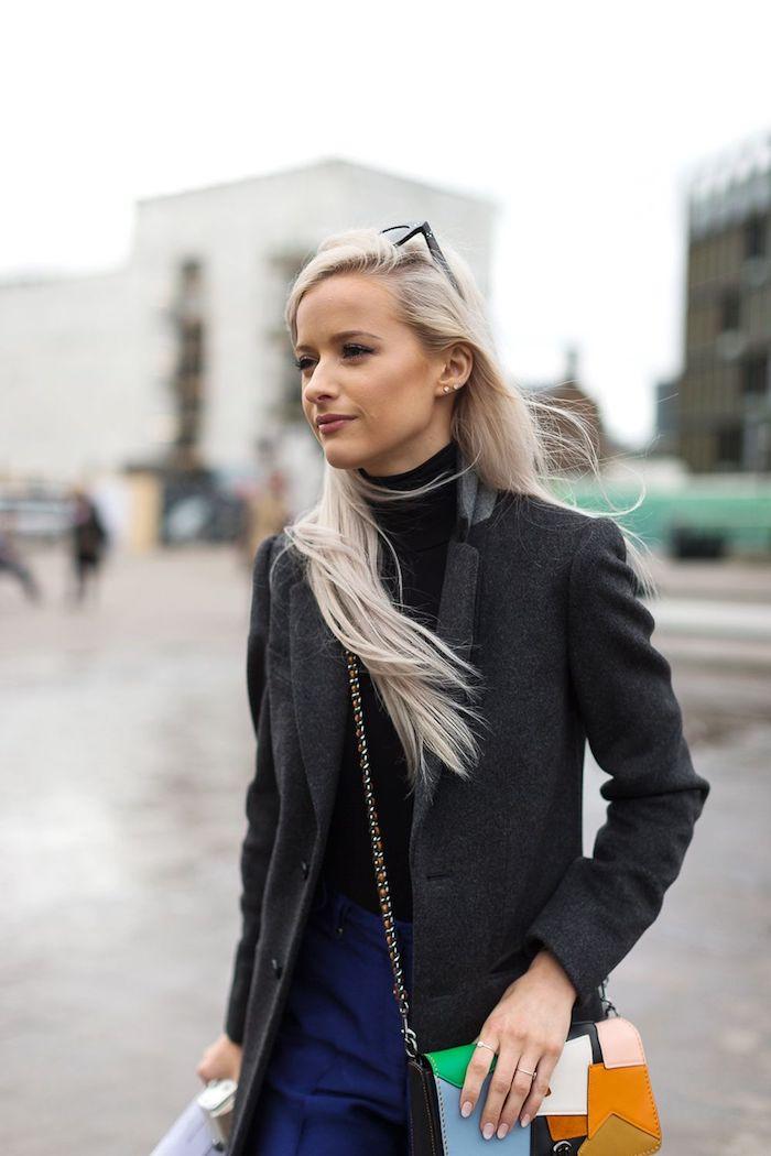 feste haarfarbe frisuren lange haare street style bunte mini tasche schwarzer rollkragen und jacke blaue hose