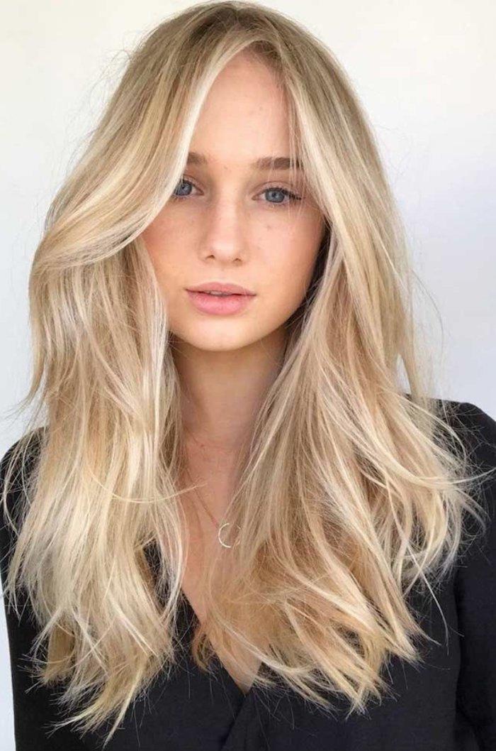 feste haarfarben lange blonde haare mit strähnen california girl inspiration frisuren lange haare schwarze bluse