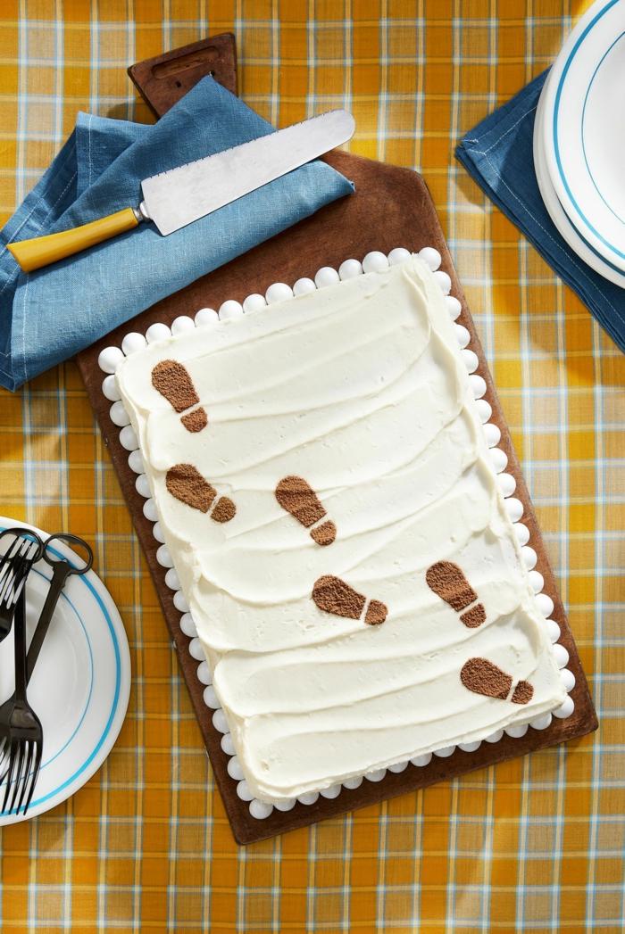 folgen sie den fußabdrücken origineller kuchen.für kindergeburtstag detektive motto geburtstagstorte selber machen