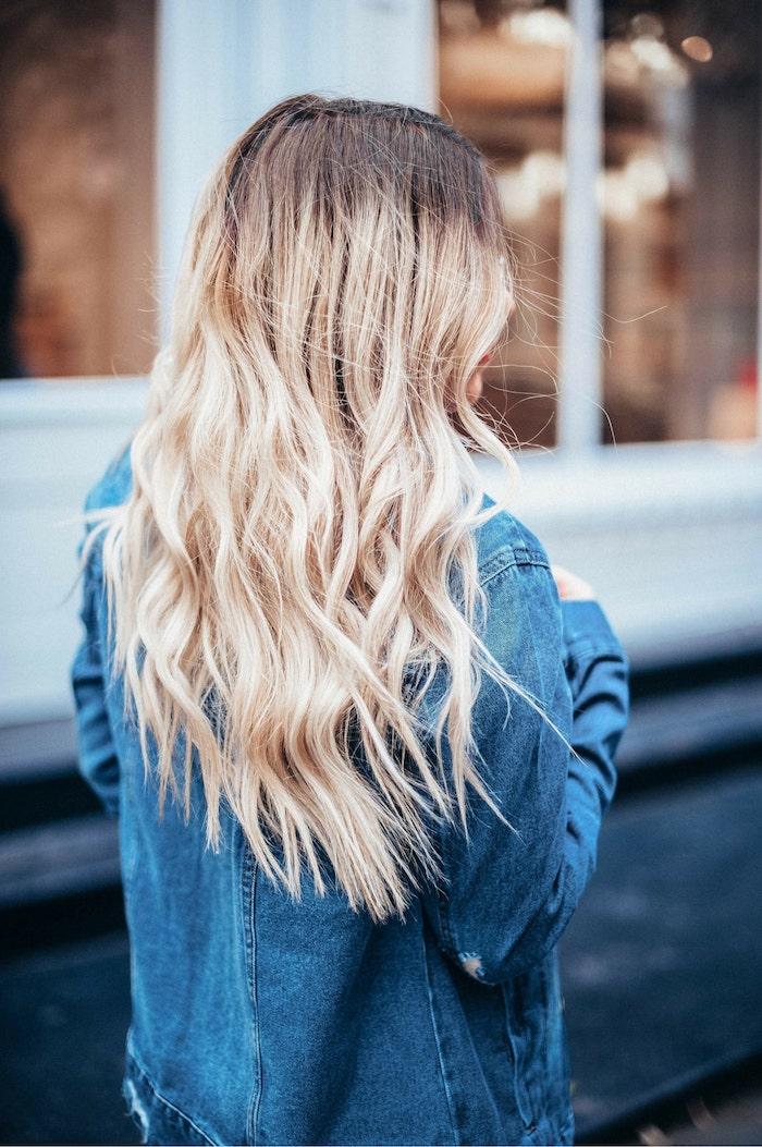 frau mit sehr langen gewellten blonden haaren feste haarfarbe trendfrisuren 2020 damen inspiration