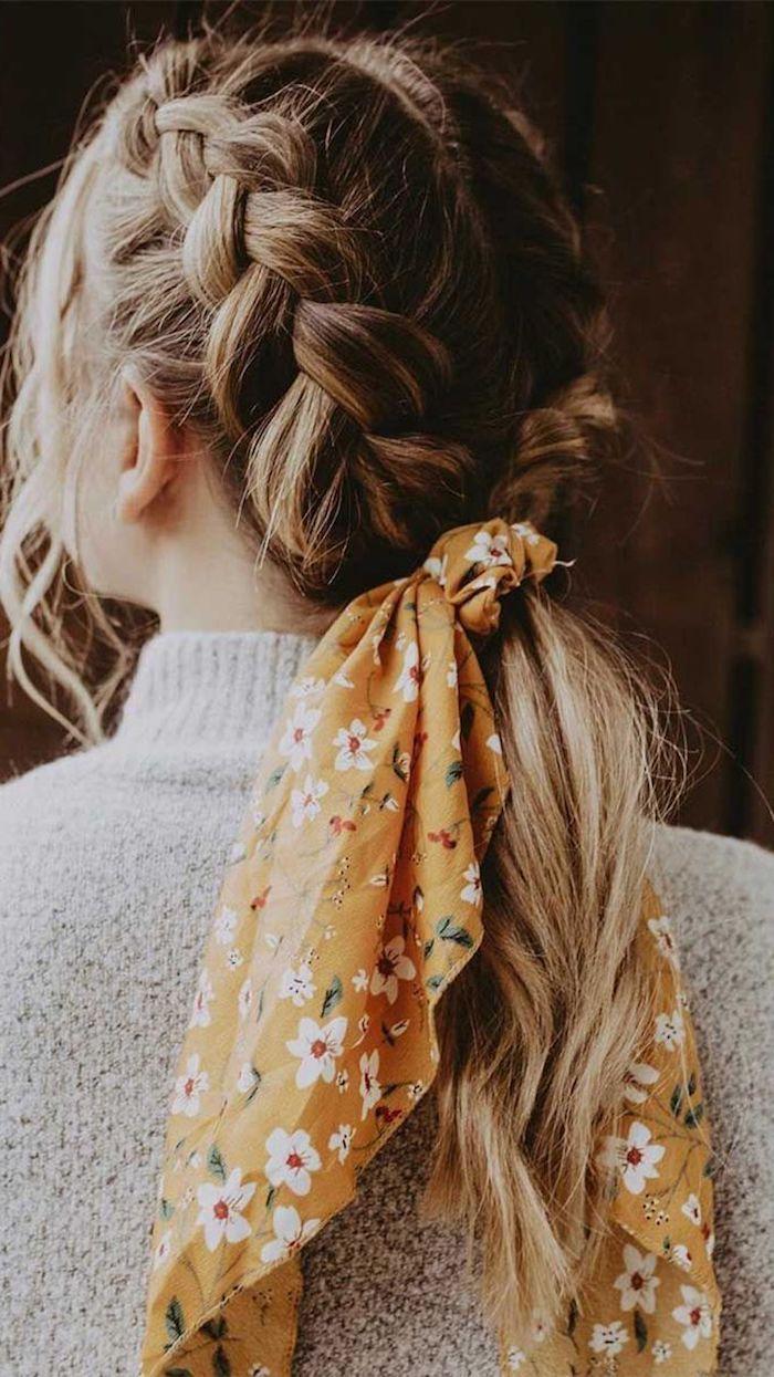 frisurentrend 2020 geflochtenes haar gelber schal mit weißen blumen haaraccessoires mittellange haare frisur 2020