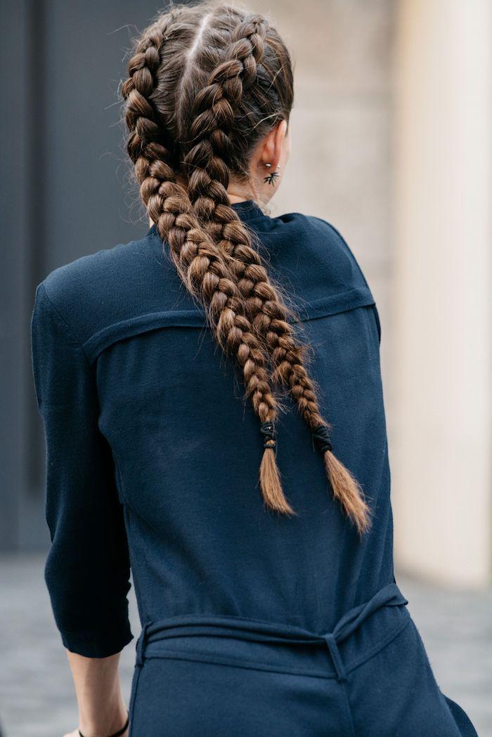 frisurentrend 2020 zöpfe braune haare geflochten in zwei zöpfen trendfrisuren 2020 damen blauer overall casual style inspiration