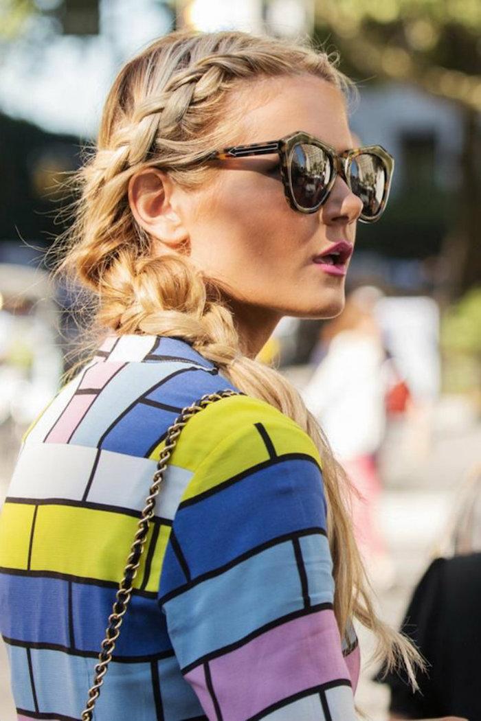 frisurentrend 2020 zöpfe frisuren lange haare blond bunte bluse runde sonnenbrillen street style inspiration