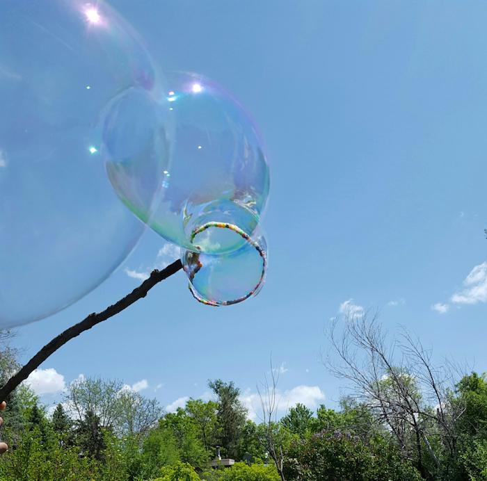 garten und blauer himmel mit wolken seifenblsen selber machen diy anleitung stabile seifenblasen rezept stab für blasen