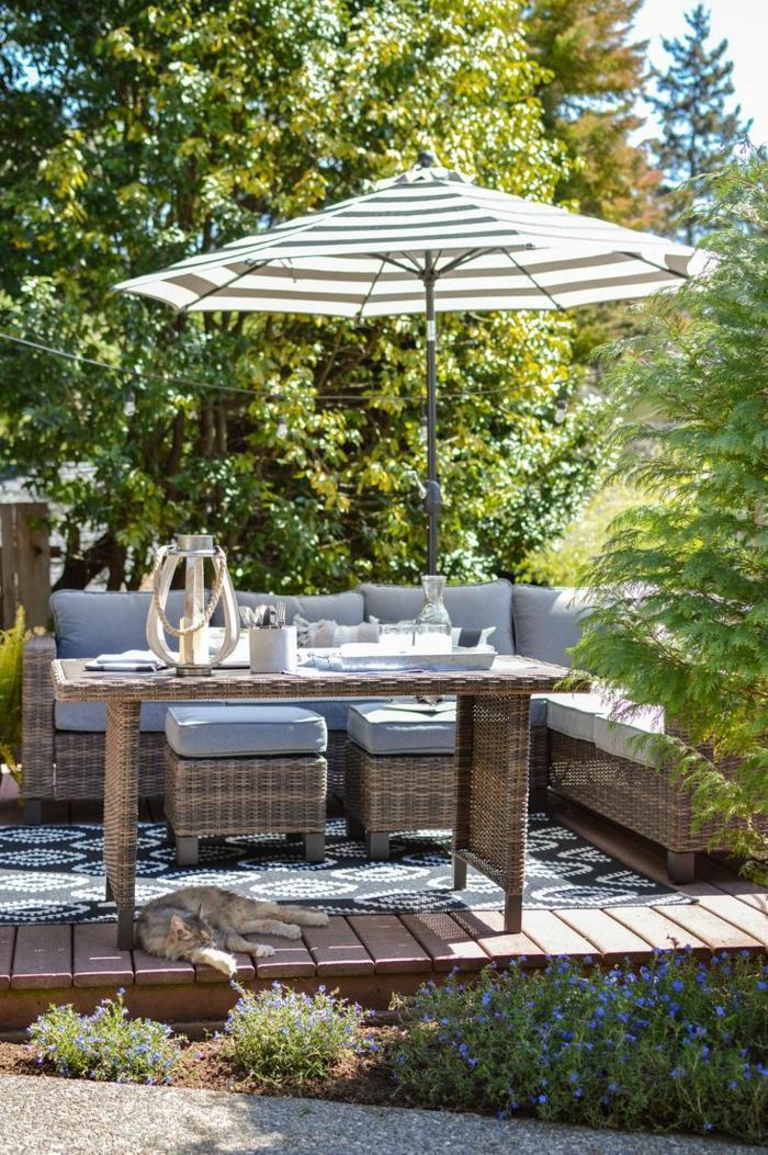 gartengestaltung bilder moderne gartenmöbel mit einem sonnenschirm sofa mit grauen kissen außeneinrichtung garten