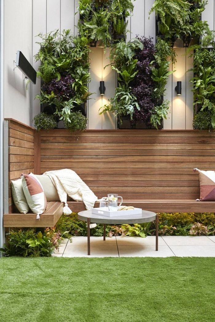 gartengestaltung modern mit gras und pflanzen sitzplatz aus holz mit bunten kissen gartengestaltung sichtschutz beispiele