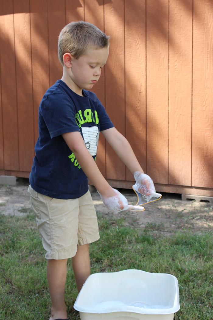 gartenmit grass seifenblsen selber machen diy anleitung stabile seifenblasen rezept ohne glycerin ein kind macht seifenblasen