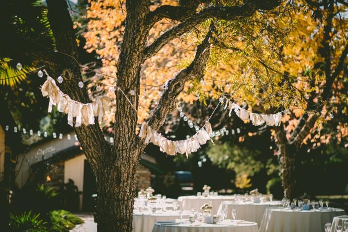gartenparty organisieren garten dekorieren festliche gartendeko mit girlanden und lichterketten bäume dekorieren