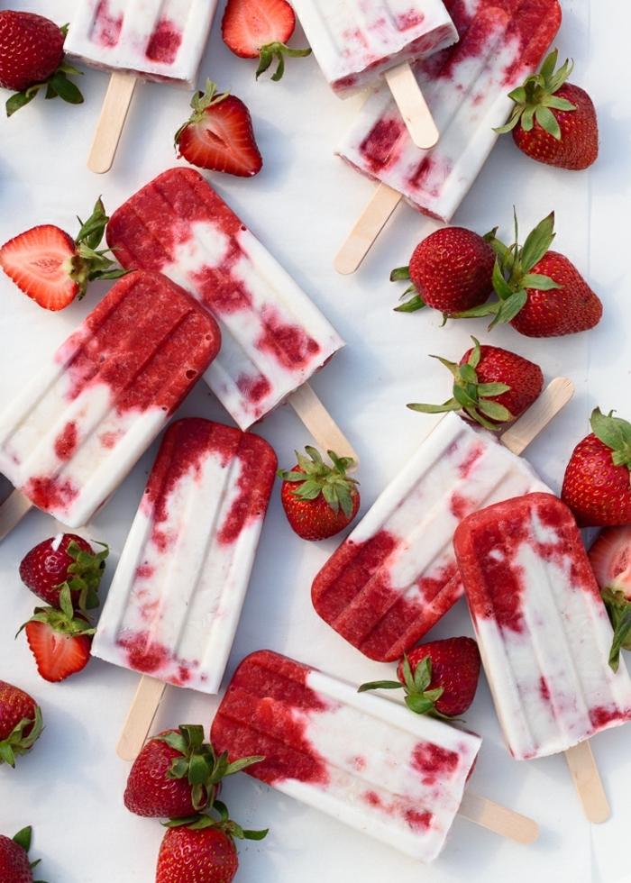 geburtstagsessen rezepte zum vorbereiten kindergeburtstag essen ideen eiscreme mit erdbeeren einfache zubereitung frische früchte