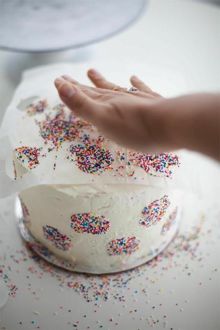geburtstagskuchen kindergeburtstag sahnetorte mit konfetti klassische torte zum geburtstag leckere ideen