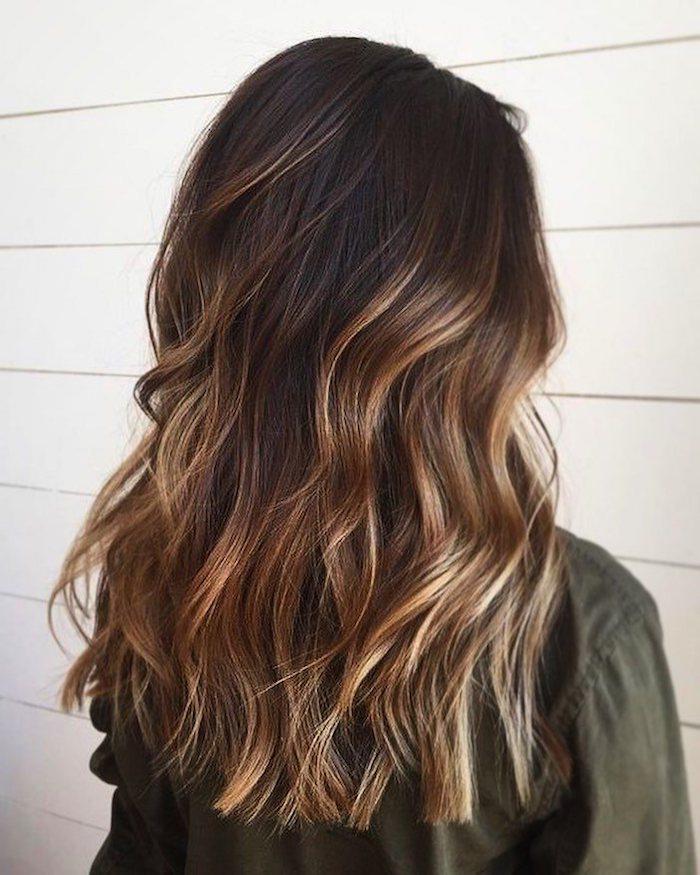 gewellte braune haare mit blonden strähnen honigblonde highlights auf dunkle haare haarfarbe inspiration