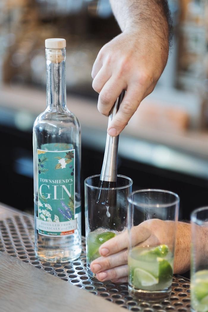 gin rickey gläser ein e flsche mit gin cocktail rezepte glas mit limetten
