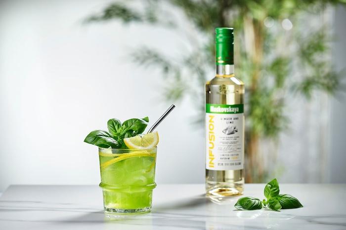 ginger basil smash cocktai ein glas mit grünem cocktail mit frischer pfefferminze und uitrone