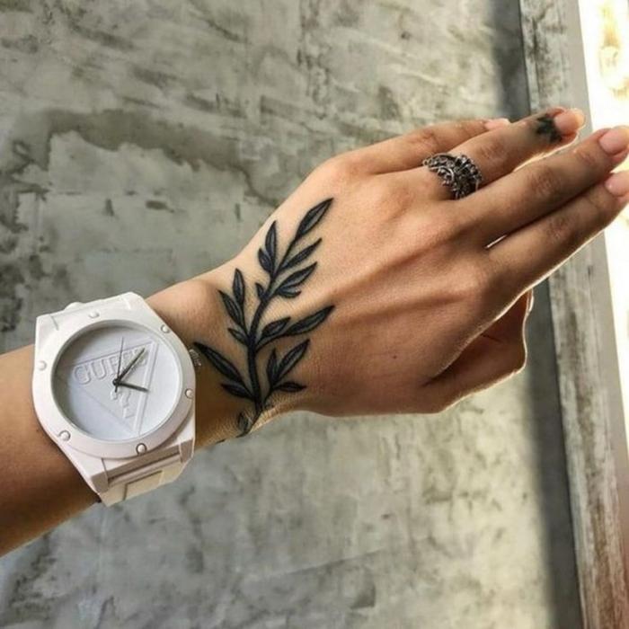 große weiße uhr von guess ring am ring finger kleine tattoos rebe minimalistische tattoos