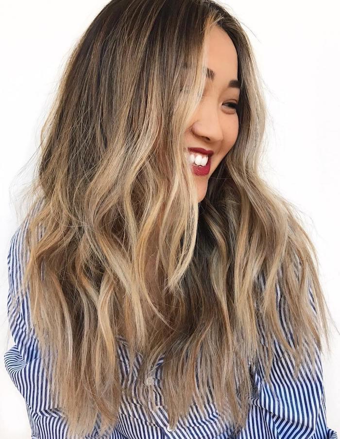 haarfarbe inspiration lange braune haare strähnchen blond casual style blau weißes hemd ideen haarschnitt roter lippenstift