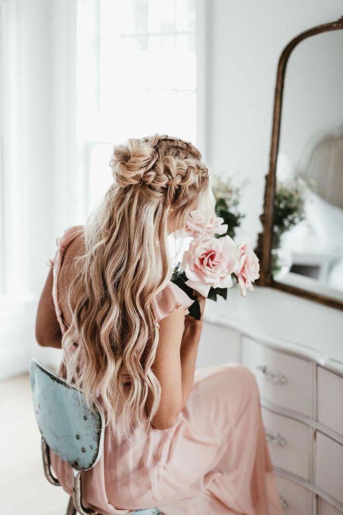 halb hoch halb unten frisur mit zöpfen und dutt hochzeit frisur inspiration frisuren lange haare blonde haarfarbe langes elegantes kleid