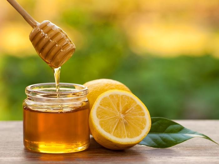 hausmittel gegen husten zwei zitronen und ein glas mit honig gegen reizhusten