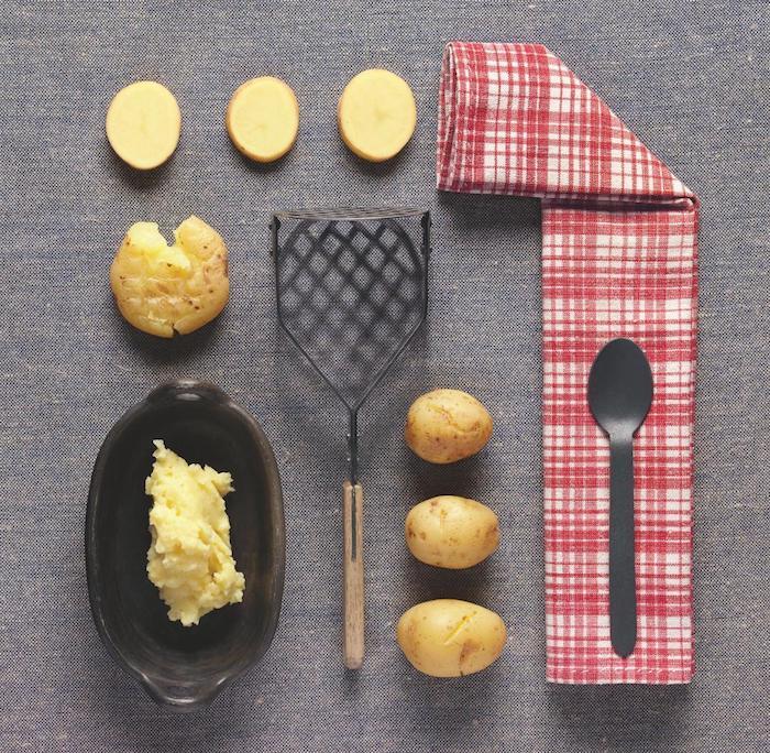 hilfreiche hausmittel gegen husten eine schüssel mit zerdrückten gelben kartoffeln wie kann man kartoffelwickel gegen reizhusten zubereuten