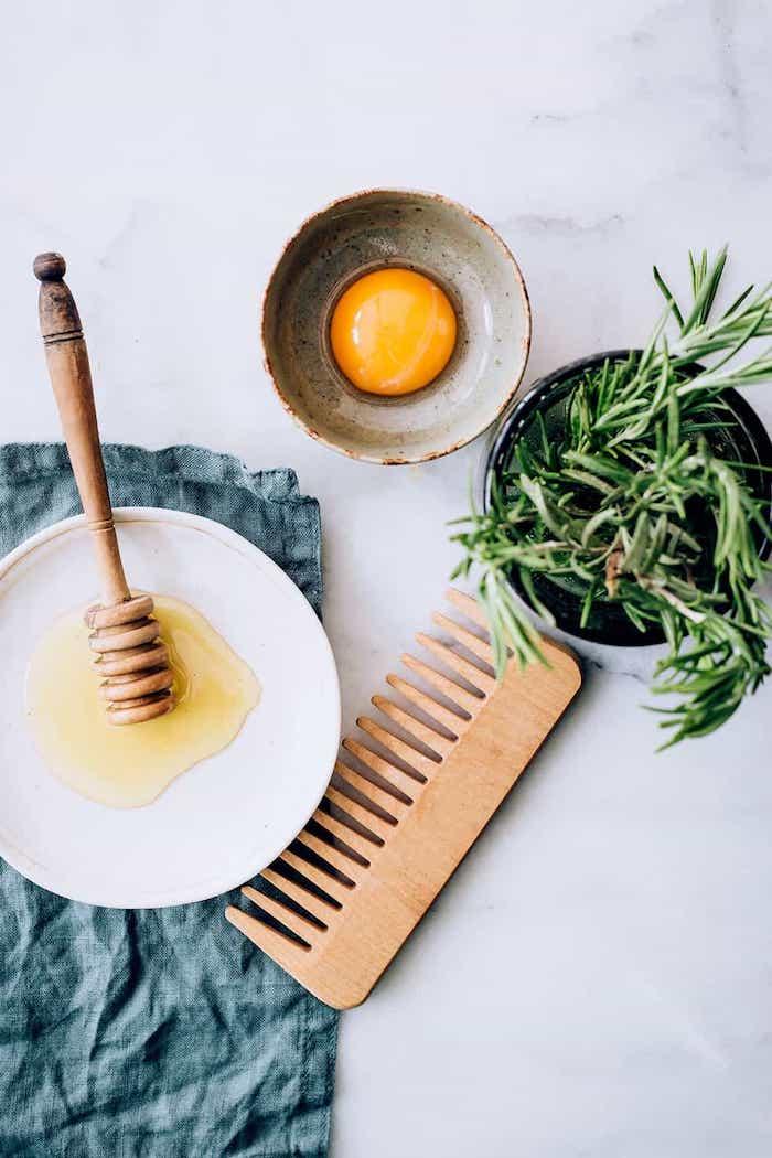 holzkamm nahrhafte maske haare haarkur mit ei und honig gesunde masken für die haare was tun gegen trockene spröde haare