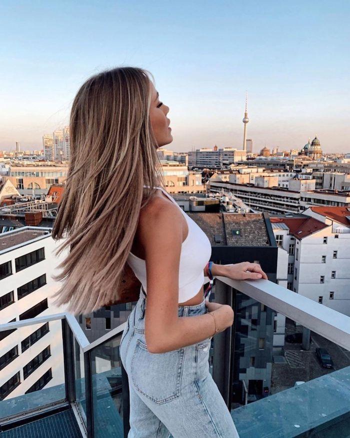inspiration casual outfit blaue jeans weißes top elegante dame mit langen haaren braune haare mit strähnen