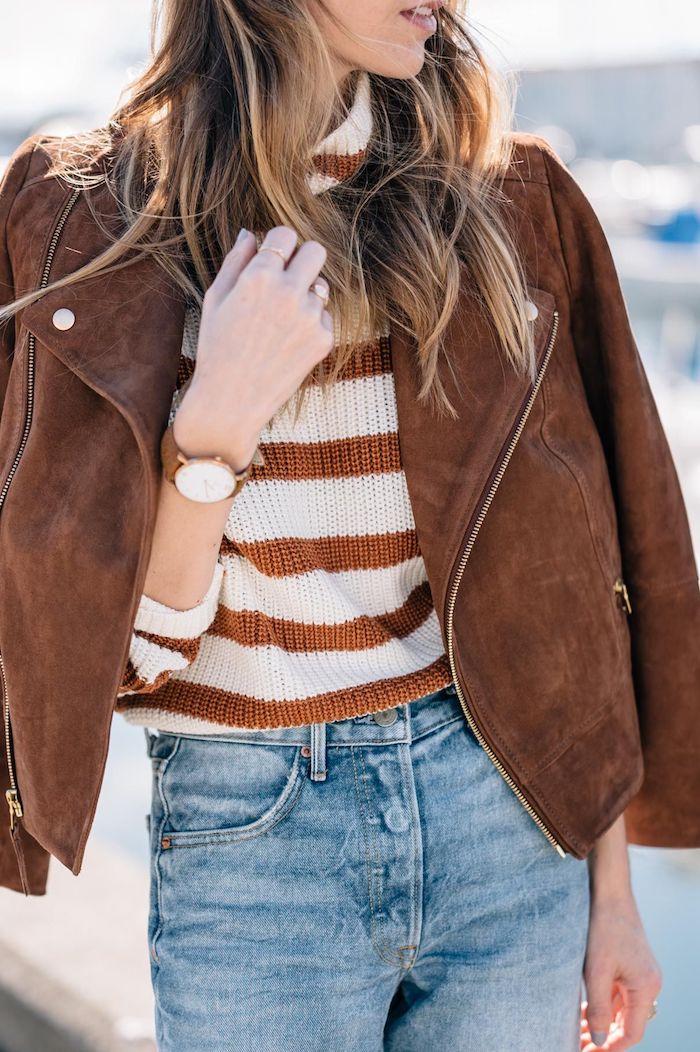 inspiration smart casual dresscode für damen jeans braun weißer pullover und braune lederjacke braune haare mit strähnen