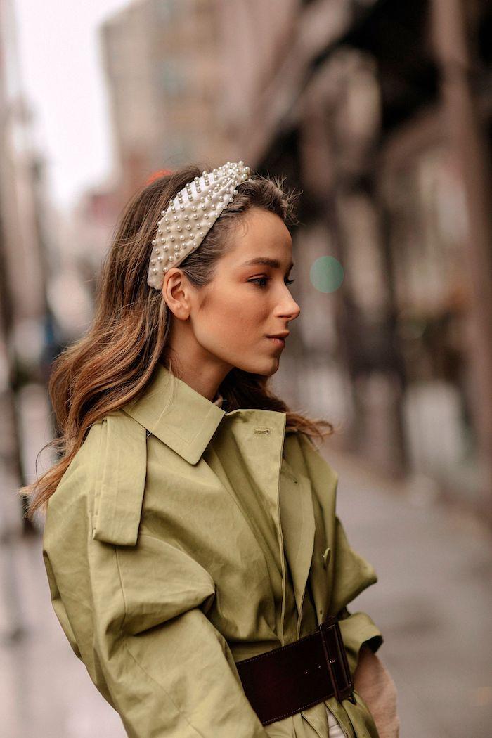 inspiration street style modern und stylisch haaraccessoires weißes haarband mit perlen grünes kleid trendfrisuren 2020 damen