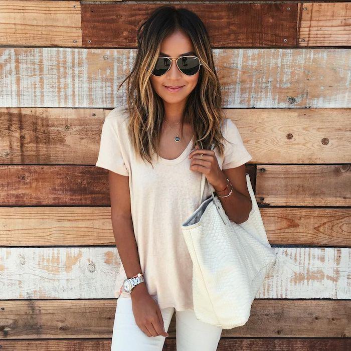julie sirinana mittellange haareßmonochromes weißes outfit jeans und bluse casual style braune haare mit strähnen blond