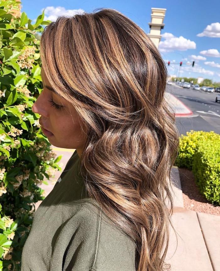 karamell strähnen mittellange haare frisur und haarfarbe inspiration stufiger haarschnitt grünes sweatshirt street style