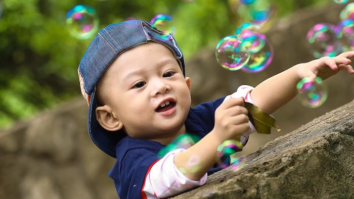 kleine bunte seifenblasen ein kleines kind eine diy anleitung wie man große seifenblasen selber machen kann