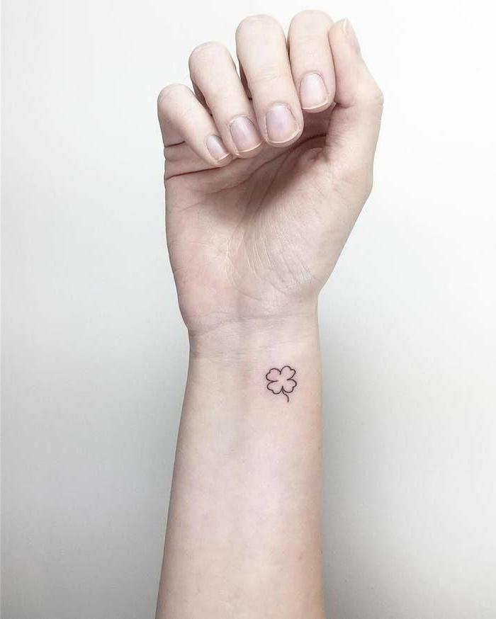 kleine tattoos handgelenk mit bedeutung vierblättriges kleeblatt tattoo symbol von glück und reichtum