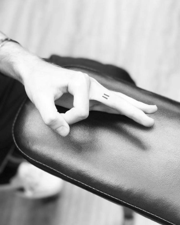 kleine tattoos mit bedeutung am mittelfinger gleichheitszeichen tattoo am finger minimalistisch